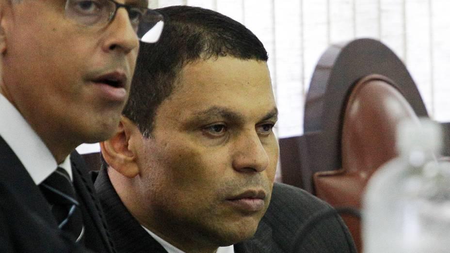 O policial militar Mizael Bispo se apresenta ao lado de seu advogado, Ivon Ribeiro, durante o primeiro dia de julgamento, no Fórum de Guarulhos, pelo assassinato da advogada Mércia Nakashima em maio de 2010