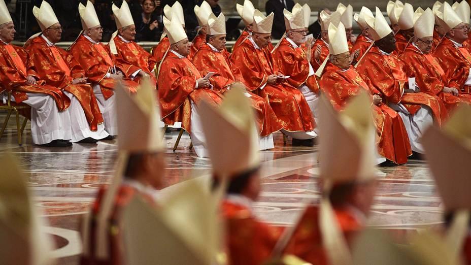 Cardeais participam da missa que marca o começo do conclave para escolha do próximo papa, na basílica de São Pedro, no Vaticano