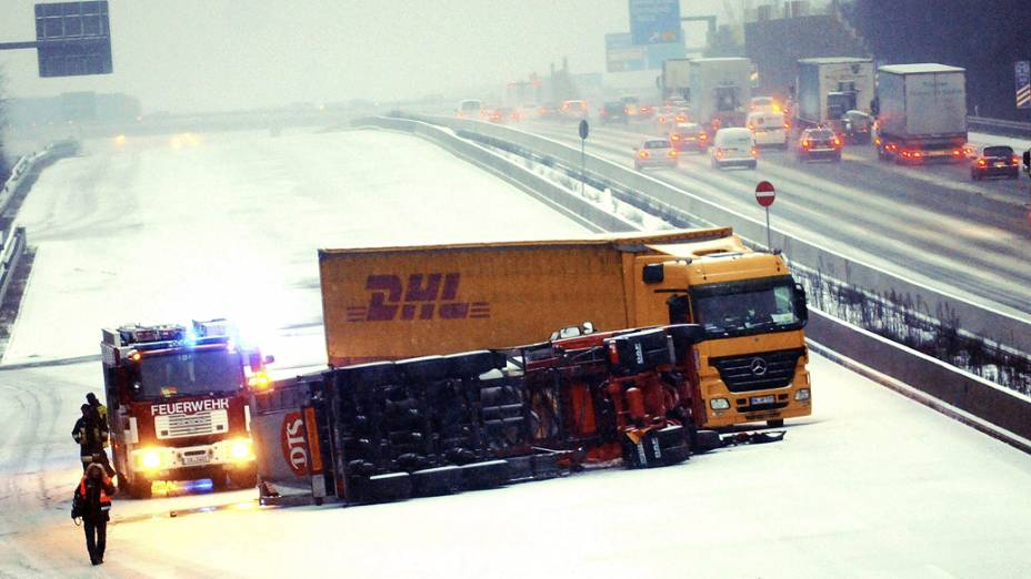 Neve provoca acidente em rodovia com dois caminhões e bloqueia via em Weiterstadt, na Alemanha