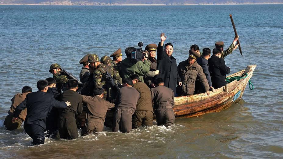 Imagem divulgada nesta terça-feira (12), mostra o líder norte-coreano Kim Jong Un acenando ao lado de militares durante inspeção a um dos departamentos de defesa do país