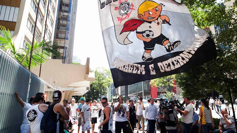 Torcidas uniformizadas do Corinthians protestam em frente ao Consulado da Bolívia, na avenida Paulista, contra a prisão de 12 torcedores após a partida contra o San José, em Oruro na Bolívia