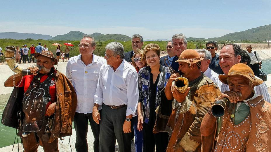 Presidente Dilma Rousseff posa para foto com sertanejos durante cerimônia alusiva à visita ao Canal do Sertão Alagoano, no município de Água Branca