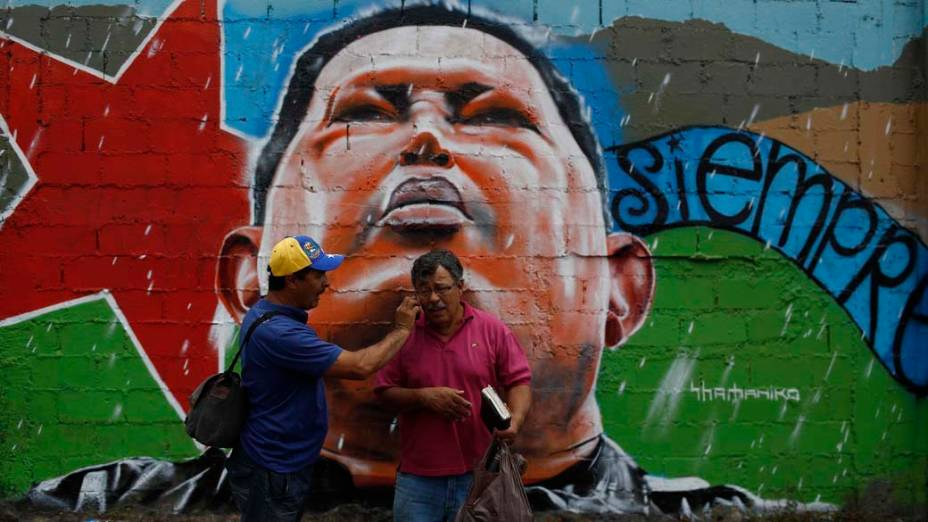 Venezuelanos falam ao telefone em Caracas