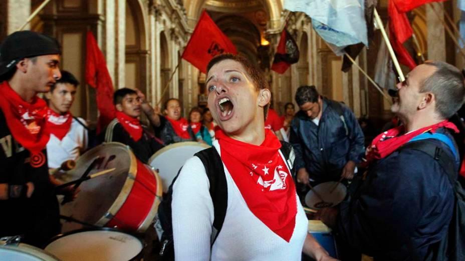 Manifestação dentro da Catedral de Buenos Aires por melhorias na educação, na Argentina
