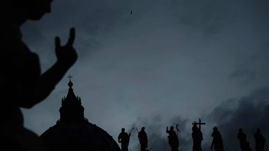 Silhuetas de estatuas da Praça São Pedro, no Vaticano