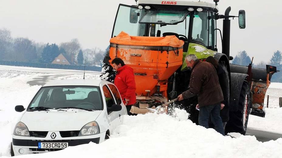Tempestades de neve inesperadas para a época atingiram a Europa, incluindo Espanha e França causando transtornos em rodovias