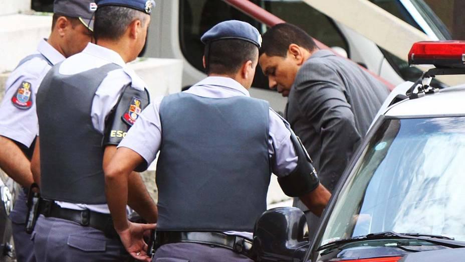 O advogado e policial militar reformado, Mizael Bispo de Souza, chega em carro de polícia para o terceiro dia do seu julgamento no Fórum Criminal de Guarulhos, na Grande São Paulo, nesta quarta-feira (13)