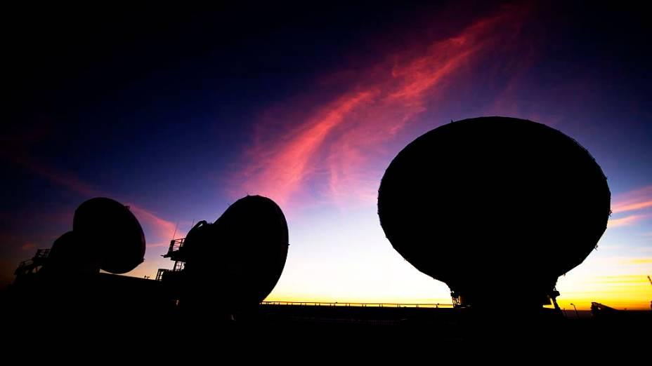 Conjunto gigante de radiotelescópios será inaugurado hoje no Chile. Parte das 66 antenas que compõem o radiotelescópio Alma, no deserto do Atacama, a 5.000 m de altitude