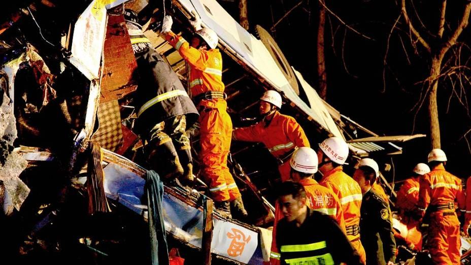 Quatorze pessoas morreram e oito ficaram feridas, após um ônibus cair de uma ponte no rio Yangtzé, na província chinesa de Hube
