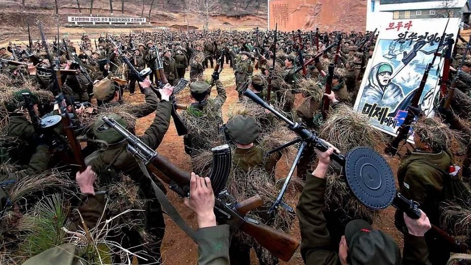 Soldados norte-coreanos participam de treinamento militar em Pyongyang