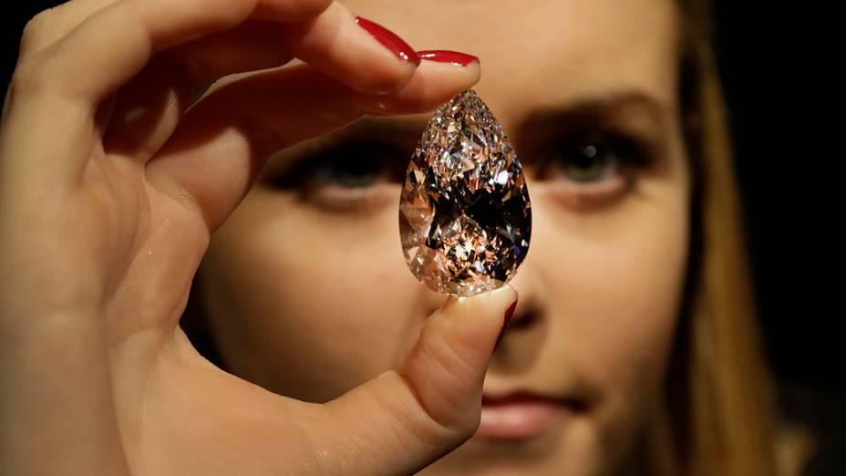 Funcionária de uma casa de leilão de Londres, no Reino Unido, exibe diamante de 101,73 quilates, nesta quarta-feira (13)