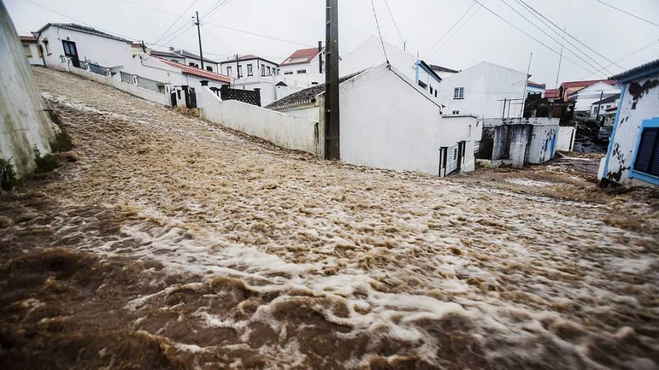 Chuva forte inunda as ruas de Porto Judeu em Angra do Heroísmo, na ilha Terceira, localizada no Arquipélago dos Açores, Portugal