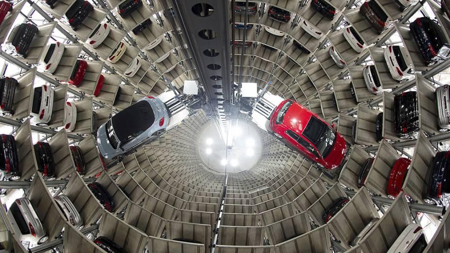 Estacionamento vertical com elevador automático usado pela Volkswagem para armazenar veículos em Wolfsburg, Alemanha