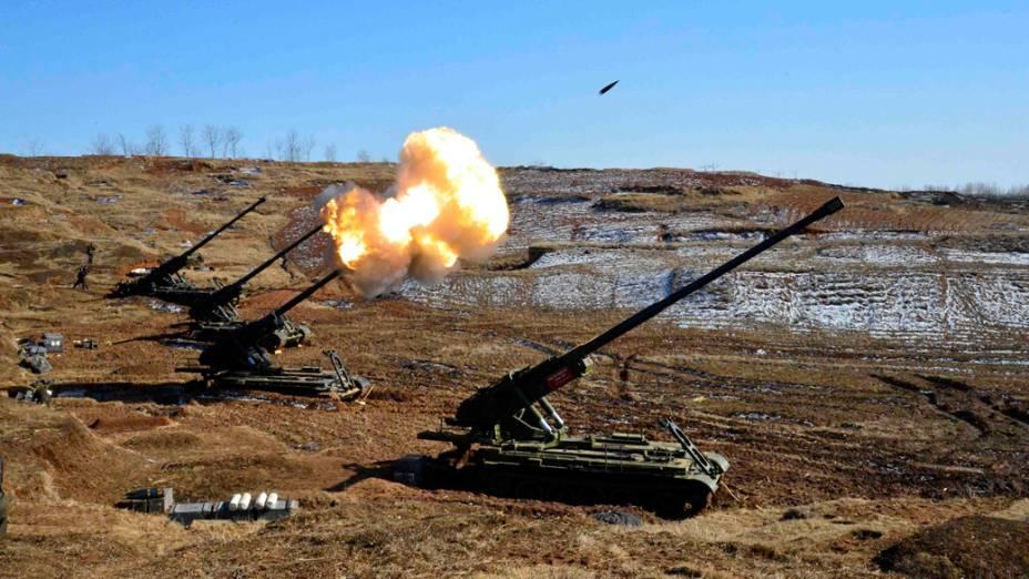 Imagem divulgada pelo governo da Coreia do Norte mostra sub-unidades de artilharia, cuja missão é atingir ilhas sul-coreanas realizando exercícios de disparo