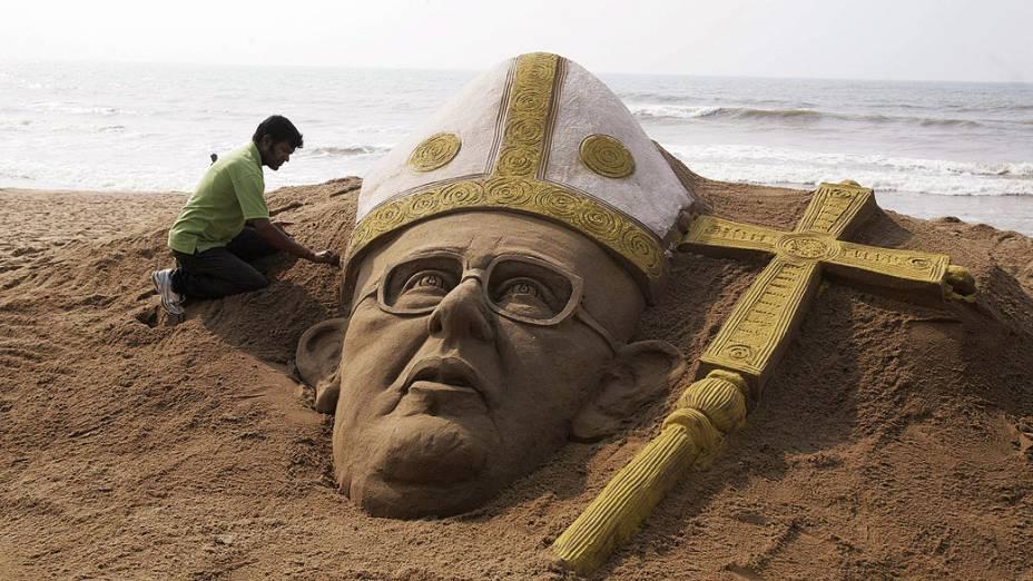 Sudarshan Pattnaik, faz escultura de areia do novo papa Francisco em praia perto de Bhubaneswar, Índia