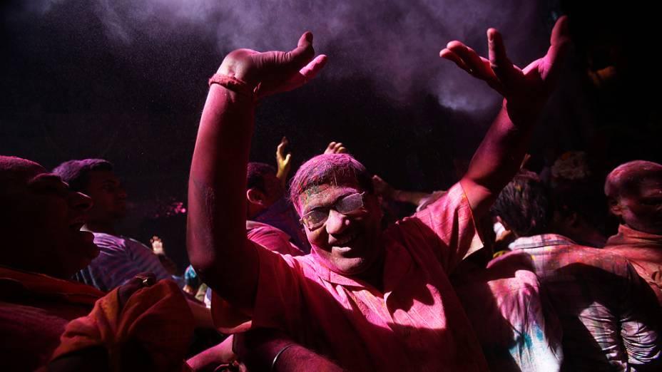 Homem dança durante as celebrações do Holi, Festival das cores, no templo Bihari Bankey em Uttar Pradesh, Índia