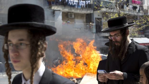 Judeus ultra-ortodoxos queimam produtos fermentados em ritual de preparação para o feriado de Pessach, em Jerusalém
