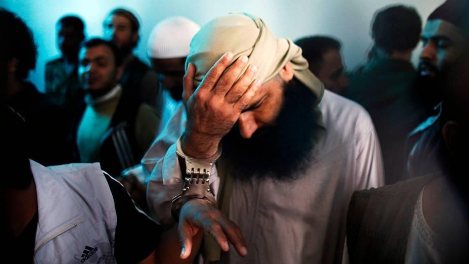 Homem é preso por suspeita de ser militante da Al Qaeda. O tribunal manteve sentenças de prisão que vão de 4 a 10 anos contra 10 réus acusados de terem ligações com a Al Qaeda, no tribunal de segurança do Estado de recursos, no Iêmen