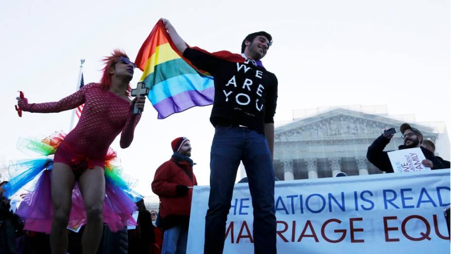 Manifestantes protestam do lado de fora do Tribunal Superior da América que retoma hoje a questão do casamento gay, nos Estados Unidos