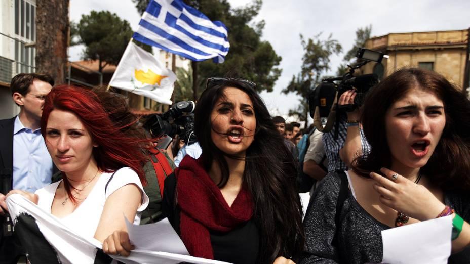 Estudantes universitárias protestam durante manifestação contra pacote de socorro para a ilha com problemas financeiros em Nicósia. Chipre garantiu um acordo com a Troika para resgate de 10 bilhões de euros para evitar falência, deixando depósitos dos titulares em seus dois maiores bancos com perda de grande parte das suas poupanças, no Chipre
