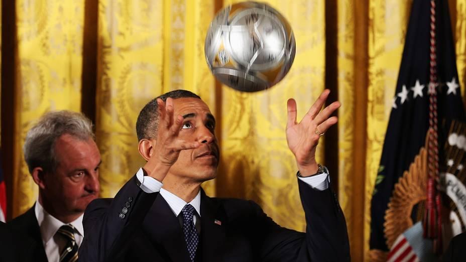 Barack Obama cabeceia uma bola durante cerimônia em homenagem aos jogadores e treinadores campeões da NHL e da MLS, principais ligas de hockey e futebol do país, no Salão Leste da Casa Branca