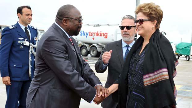 O ministro sul-africano, Thembelani Thulas Nxes, recebe Dilma Rousseff para reunião do BRICs