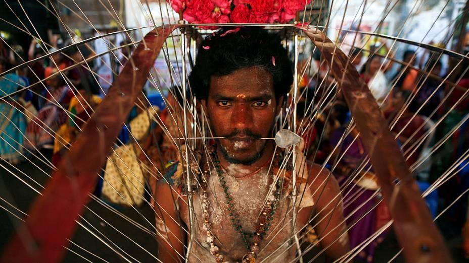 Devoto hindu participa de procissão religiosa durante o festival Panguni Uthiram, em Chenna, na Índia