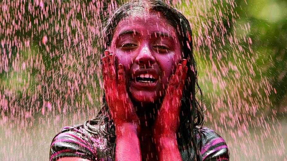 """Estudante participa das comemorações do """"Holi"""", festival das cores na cidade de Hyderabad, na Índia. O festival comemora a chegada da primavera"""