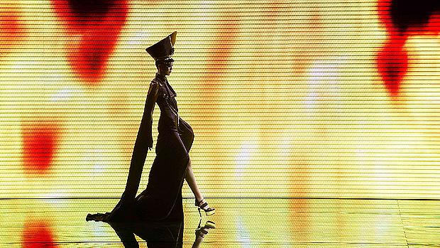 Modelo apresenta uma criação de MGPIN durante Semana de Moda da China, em Pequim