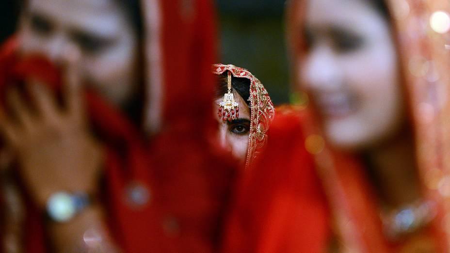 Noiva participa de casamento coletivo no Paquistão