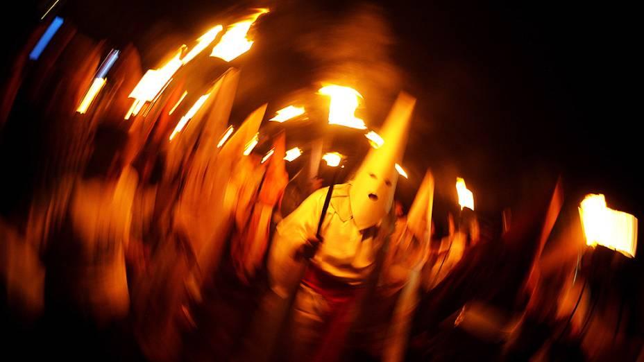 Homens encapuzados conhecidos como Farricocos participam do Fogaréu, ou Procissão das Tochas, cerimônia católica tradicional que acontece durante Semana Santa, em Goiás Velho, estado de Goiás