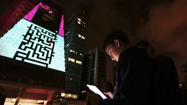 Garoto joga videogame durante a mostra Play!, na Avenida Paulista