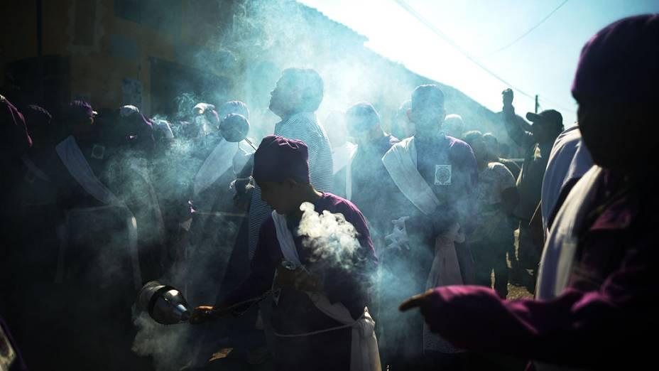 Membros da Irmandade de El Nazareno participam do Jesus de Nazaré, procissão na cidade indígena de Izalco, em El Salvador