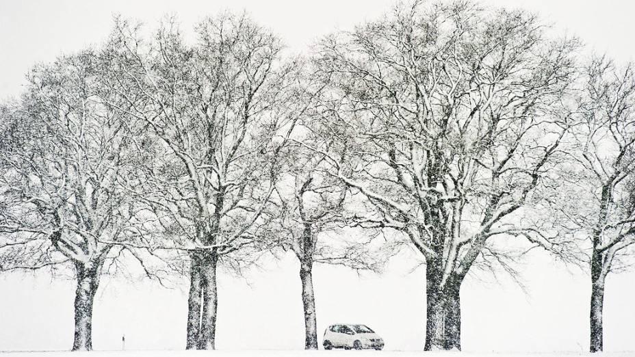 Carro atravessa tempestade de neve na cidade de Sieversdorf, no estado de Brandemburgo, na Alemanha