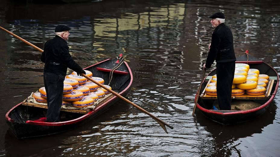 Queijo é transportado sobre a água durante a abertura oficial da temporada do Mercado do Queijo em Alkmaar, na Holanda