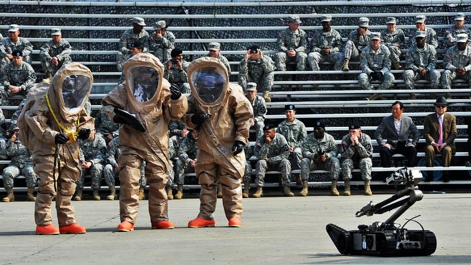 Soldados americanos usam equipamento de proteção durante demonstração em infantaria na Coreia do Sul