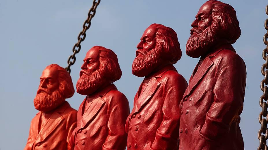 Esculturas vermelhas de Karl Marx, do artista Ottmar Hoerl, são posicionadas em uma empresa em Trier, na Alemanha