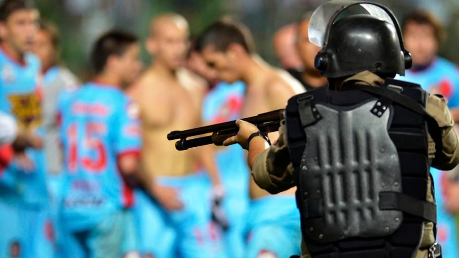 Policial aponta arma para jogadores do Arsenal de Sarandi após confusão em jogo do Atlético-MG