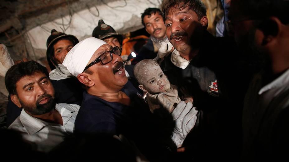 Criança é resgatada após desabamento de prédio de sete andares em cidade da região metropolitana de Mumbai (Índia); Mais de 50 ficaram feridos e ao menos 27 pessoas morreram