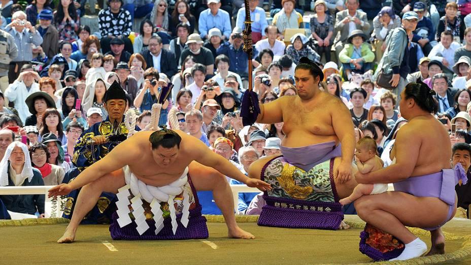 Lutadores participam de uma exposição cerimonial de sumô no santuário Yasukuni, em Tóquio, no Japão
