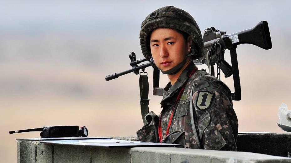 Soldado sul-coreano observa área militar próxima de Paju e da área desmilitarizada entre a Coreia do Sul e Coreia do Norte, na manhã desta sexta-feira (5)