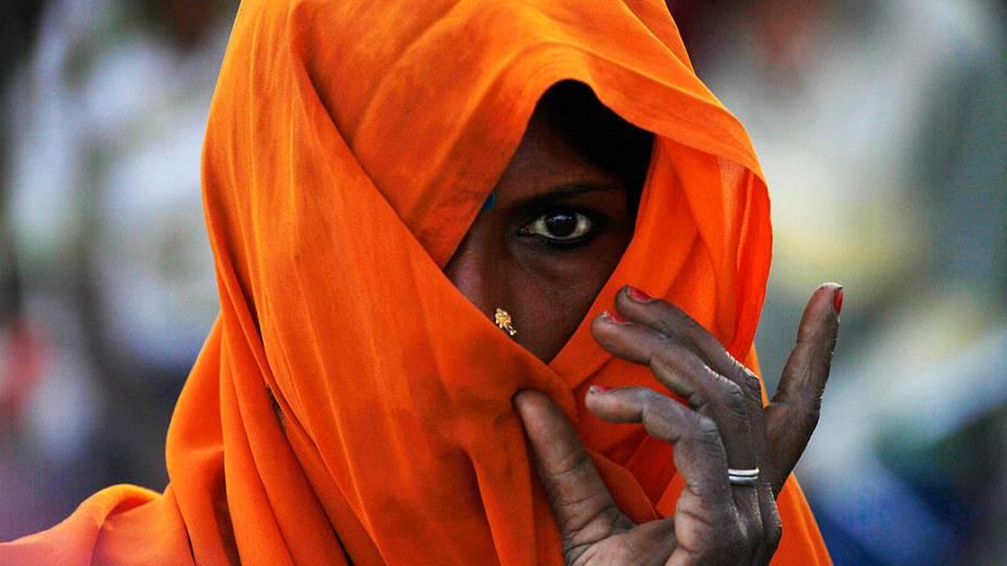 Mulher usa véu nos arredores de Allahabad, norte da Índia, na manhã desta sexta-feira (5)