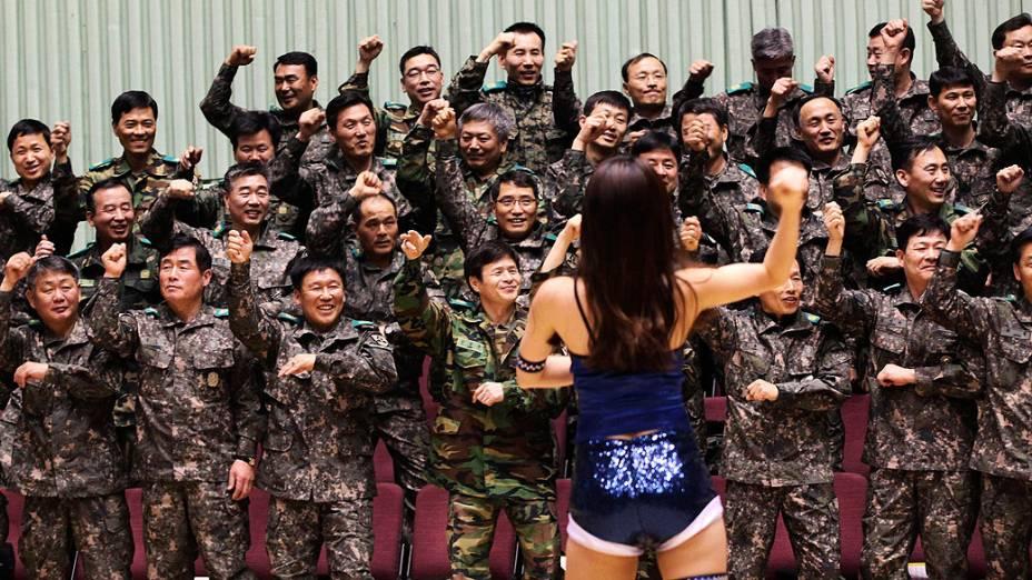 Soldados do exército sul-coreano dançam o hit Gangnam Style com uma líder de torcida em cerimônia em Seul