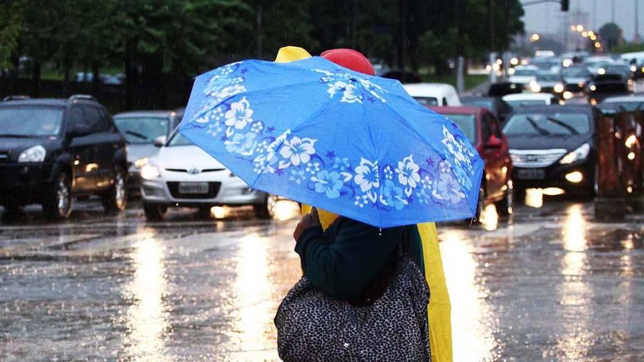 Com a chuva a avenida Roberto Marinho, zona sul de São Paulo (SP), ficou congestionada na manhã desta sexta-feira (05)