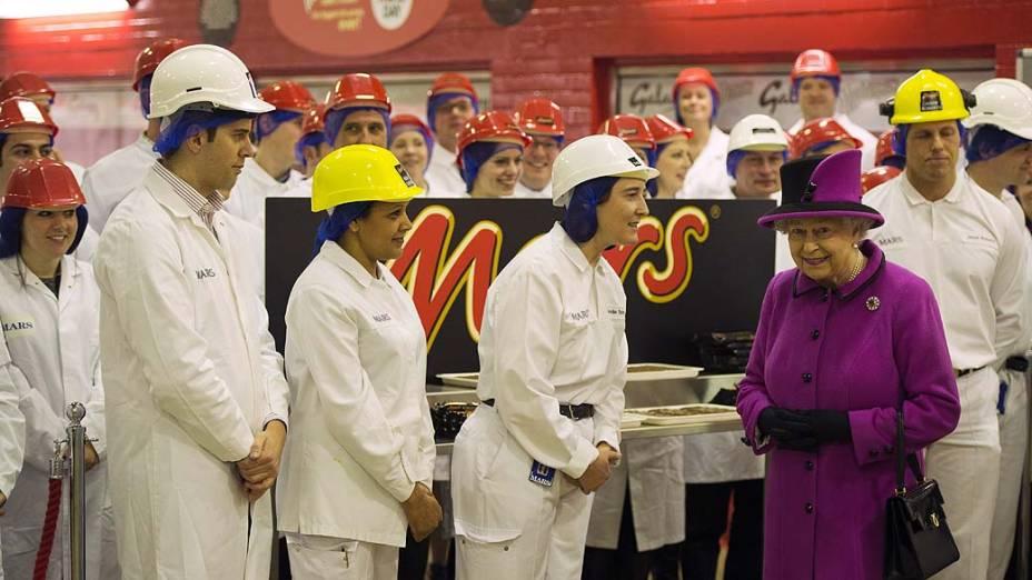 A rainha Elizabeth visita fábrica de chocolate em Slough, no sul da Inglaterra