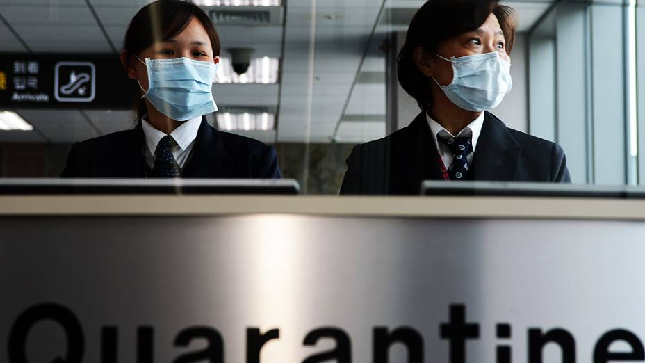 Funcionárias de aeroporto de Taiwan começam a usar máscaras devido a confirmação de sete pessoas infectadas com a gripe aviária