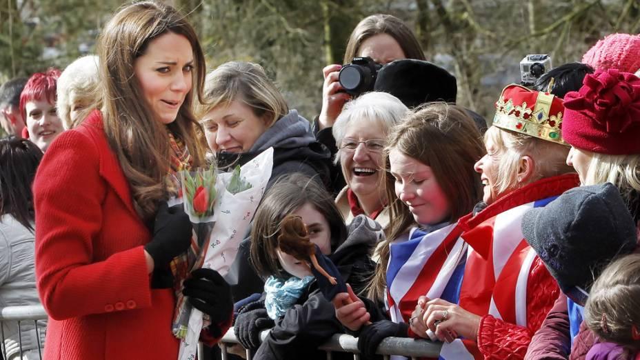 A duquesa de Cambridge Kate Middleton, é apresentada a sua boneca, durante visita à Escócia
