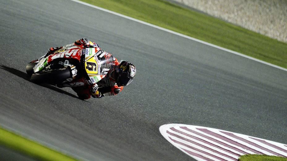 Piloto em uma curva, no segundo dia de treinamento para o Grande Prêmio do Qatar de MotoGP, no circuito de Losail, em Doha