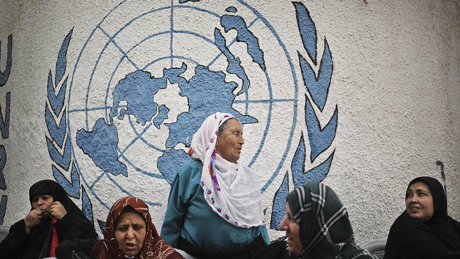 Refugiados palestinos protestam contra a decisão da ONU fechar temporariamente seus escritórios em Gaza