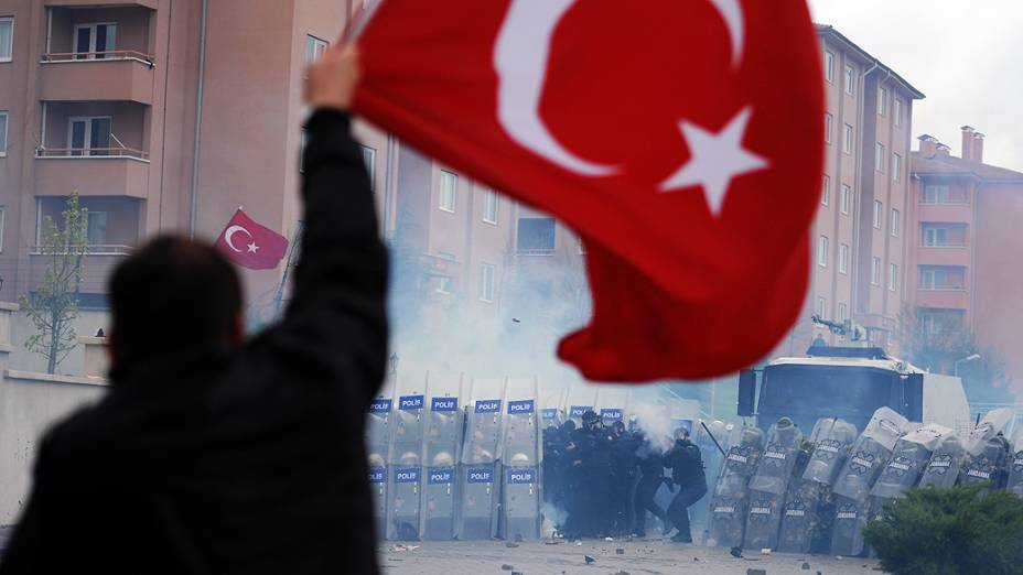 Manifestantes entram em confronto com a polícia, na Turquia